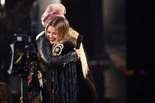 P!nk & Kelly Clarkson Perform R.E.M.'s 'Everybody Hurts' for 'Those Affected by the Events of the Last Year'
