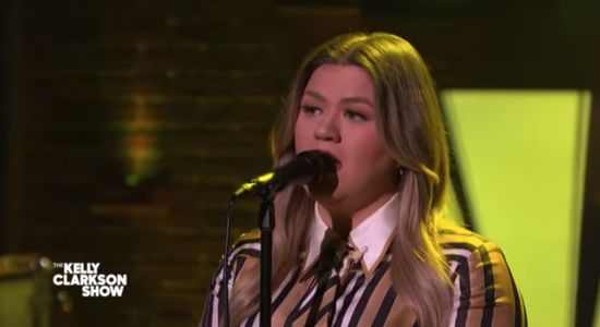 """Watch Kelly Clarkson Cover Everclear's """"Father Of Mine"""""""