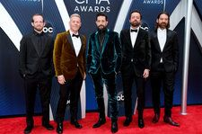 Old Dominion Treats 2018 CMA Awards With a Sultry Performance of 'Hotel Key'